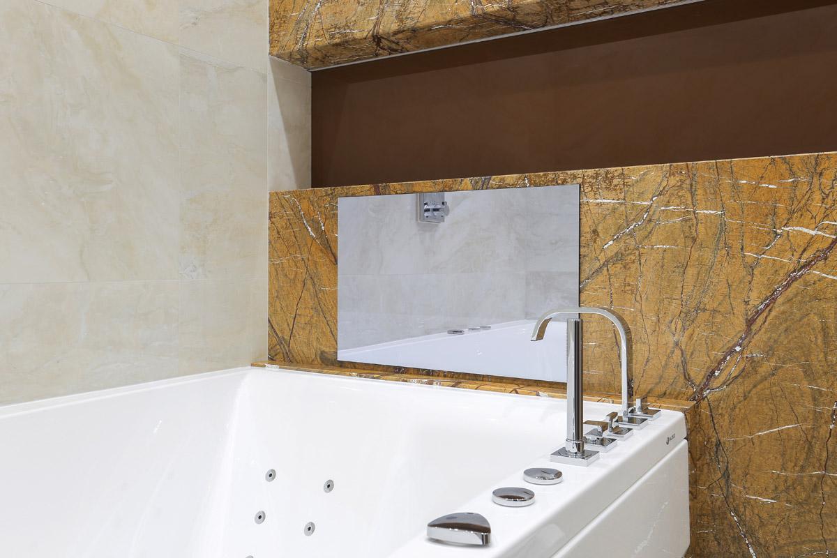 зеркальный телевизор AVEL в ванной